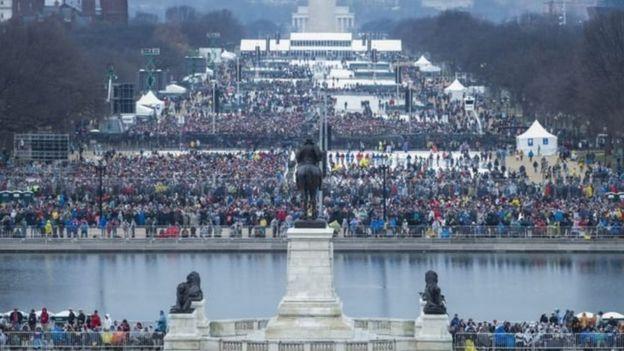 大批民眾頂風冒雨在國會山莊前的國家廣場