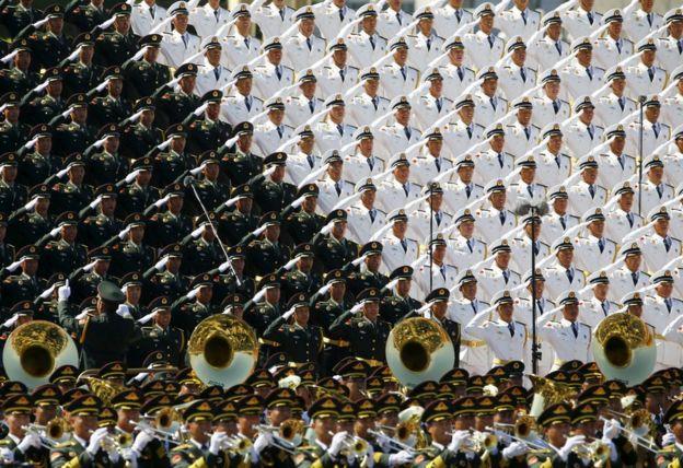 Banda militar cantar e saudar na Praça Tiananmen, no início da marcação do 70º aniversário do fim da Segunda Guerra Mundial, em Pequim, China, 3 de setembro de 2015 parada militar.