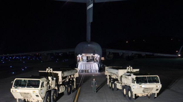 Veículos lançadores de mísseis chegam à base de Osan, na Coreia do Sul