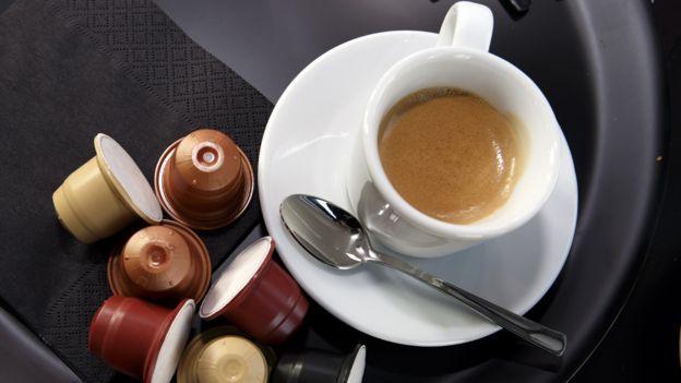 espresso z ekspresu kapsułkowego i kawa w kapsułkach