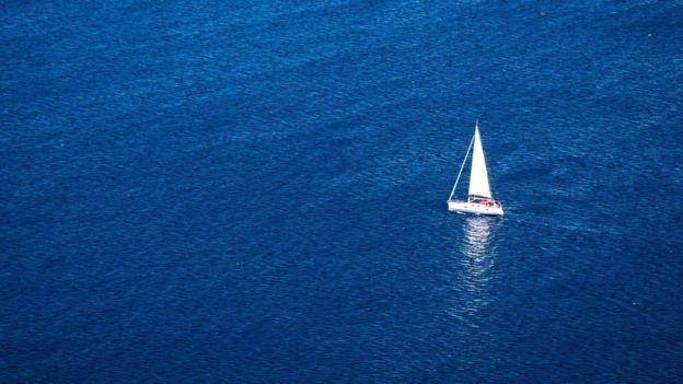 Un velero solitario en medio del mar
