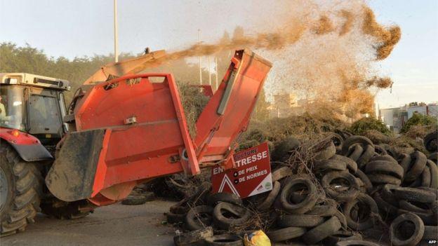 Reifen und Schlamm deponiert am Lactalis Milchwerk in Bouvron (23. Juli)