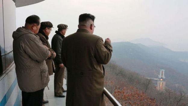 Kimg Jong-un observando la prueba de un motor de propulsión que ayudaría a lanzar satélites.