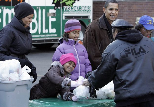 Malia and Sasha handing out food to homeless people in Chicago in 2008