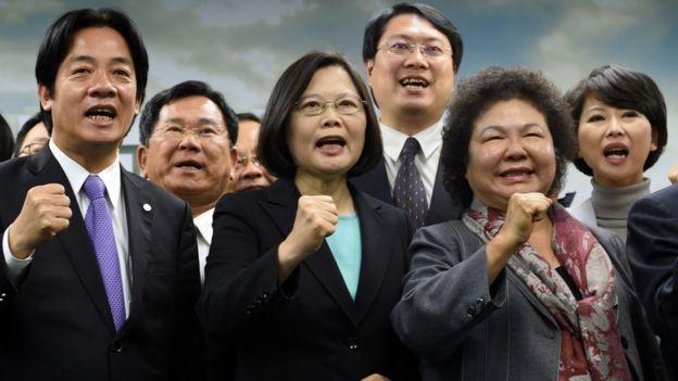Tsai Ing-wen e membros do partido