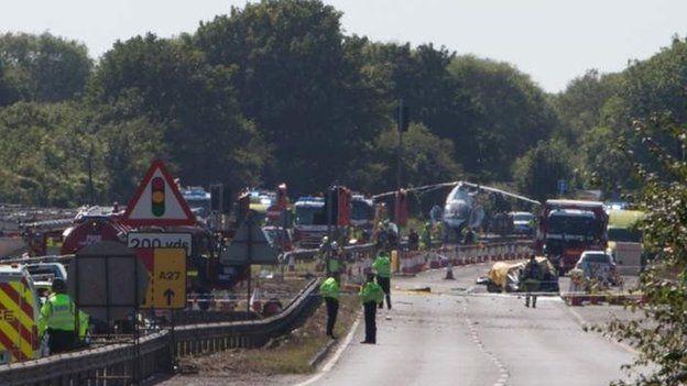 [Internacional] Avião cai e mata uma série de pessoas durante show aéreo na Inglaterra _85130401_85130400