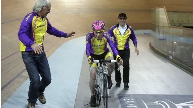 Robert Marchand, de 105 años de edad, manejando su bicicleta en el velódromo nacional de Francia.