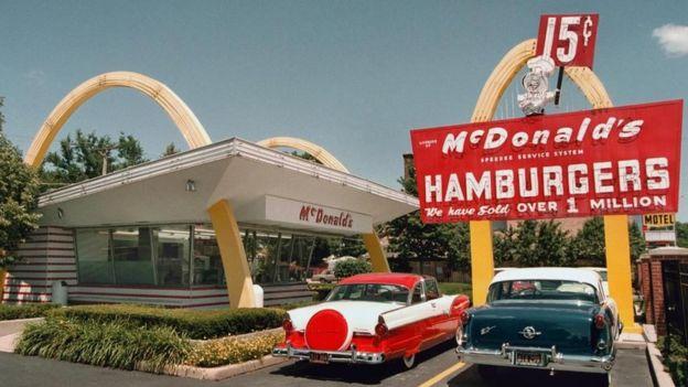 Una sucursal de McDonald's en los años 50
