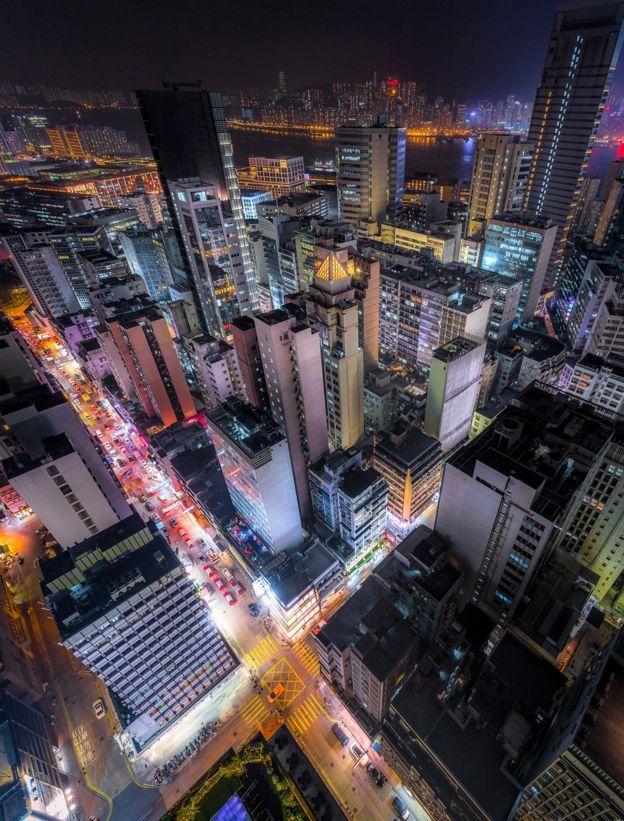 充滿活力的市場和高低不平的公寓樓為我們講述香港的另一個故事。