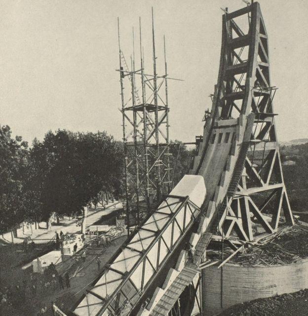 Construção do Obelisco Mussolini em Roma em 1932