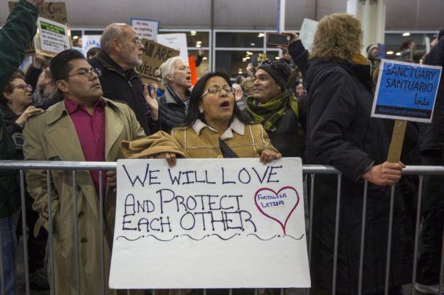 Personas protestan contra la orden ejecutiva del presidente Donald Trump en el aeropuerto de Nueva York, EE.UU.