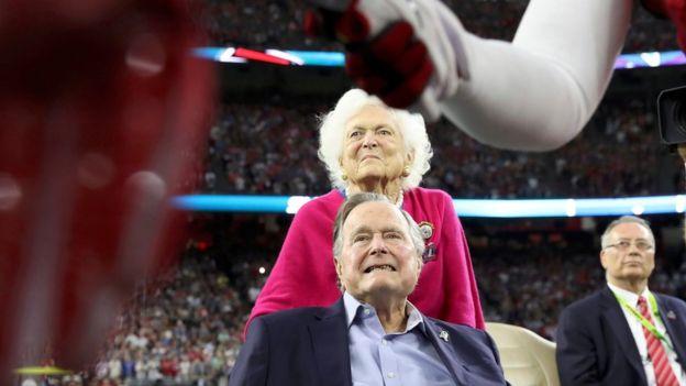 George W H Bush junto a su esposa Barbara en el Super Bowl