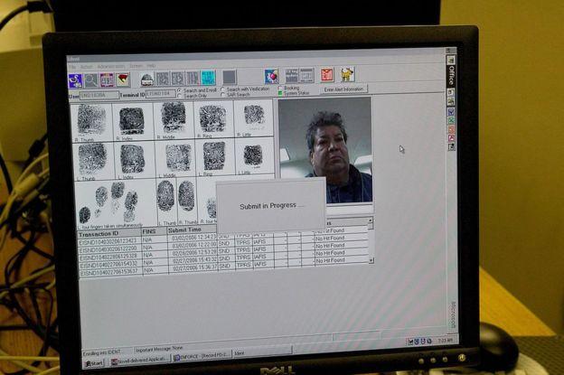Verificando las huellas dactilares de un ciudadano mexicano, Nicolas Neri-Jorge, en San Diego, California, EE.UU.