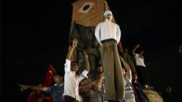 Darbe karşıtı protestolarda idam çarıları yapılıyor.