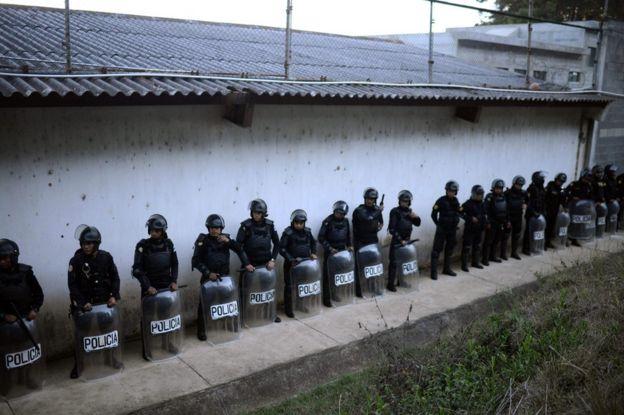 Policías rodean el Centro Juvenil de Privación de Libertad para Varones Etapa II (Cejupliv) de Guatemala el 19 de marzo de 2017.