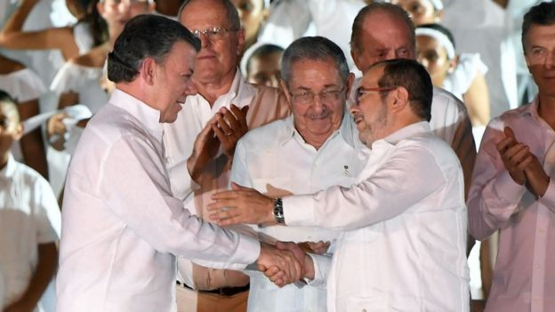 رودریگو لندونو (معروف به تیموچنکو) و مانوئل سانتوس، رئیس جمهور کلمبیا