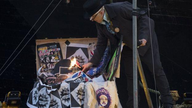 Джо Корр поджигает коллекцию вещей Sex Pistols