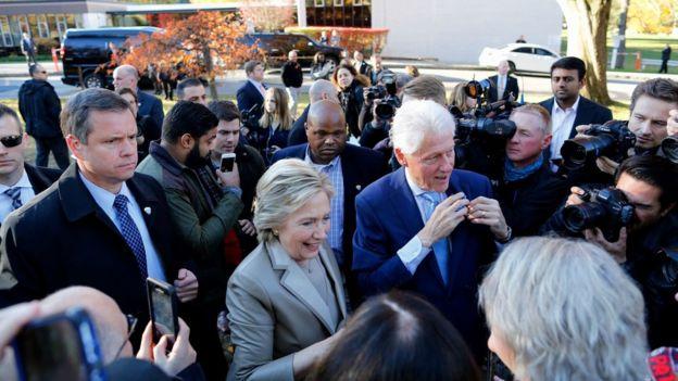 هيلاري كلينتون لحظة وصولها لجنة الاقتراع في شاباقا نيويورك