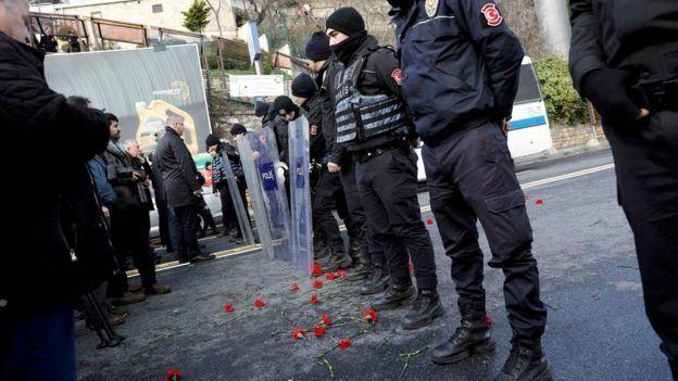 Policiais isolam a boate Reina