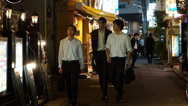 Personas caminando por las calles de Japón