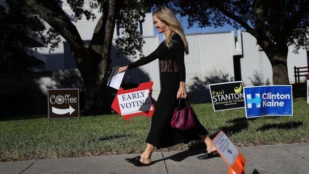 Mujer yendo a votar tempranamente en Florida.