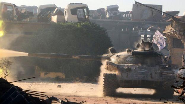 Ramuseh'de isyancıların tankı görülüyor.