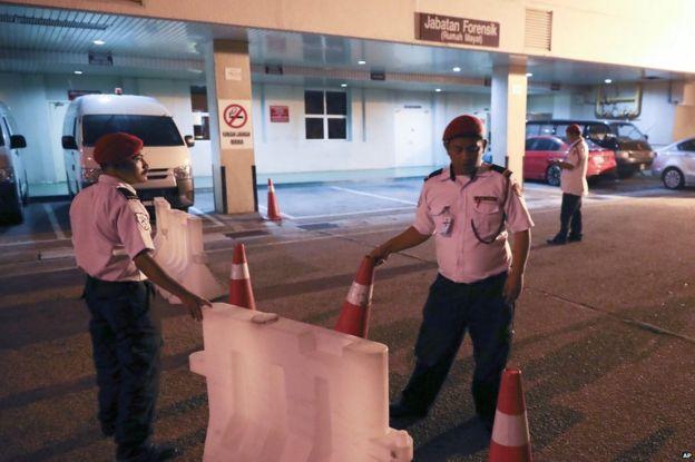 Personal de seguridad del hospital donde fue trasladado Kim Jon-nam bloqueando la entrada.