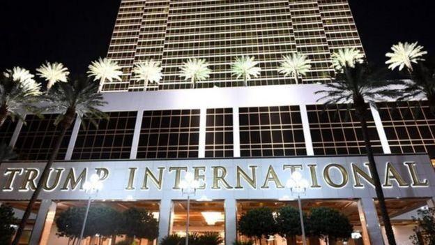 Ông Trump là chủ nhiều khách sạn, như khách sạn ở Las Vegas này, và các sân gôn và tòa nhà văn phòng.