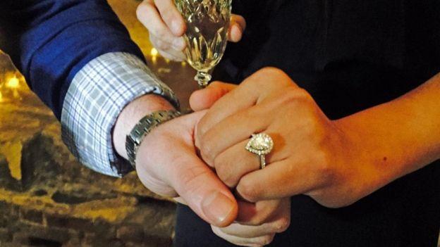 New Yorklu Andrew Smith ile Amanda Lynch Londra'da Romeo ve Juliet temalı bir evlilik teklifi töreninin ardından nişanlandı.