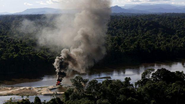 Destrucción de equipo que usan los mineros ilegales.