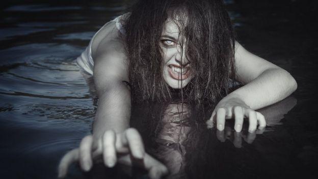 Mujer con ojos de zombie