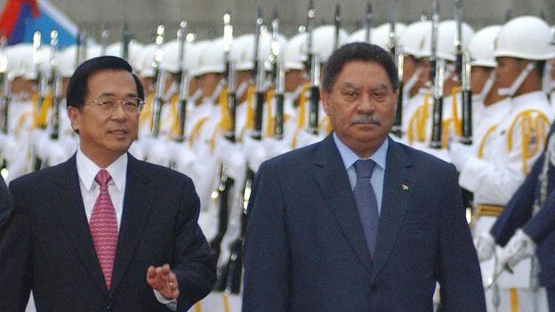 2005年11月21日,台灣總統陳水扁在台北會見抵達台灣訪問的聖多美和普林西比總統弗拉迪克·班達拉·梅洛·德梅內塞斯。