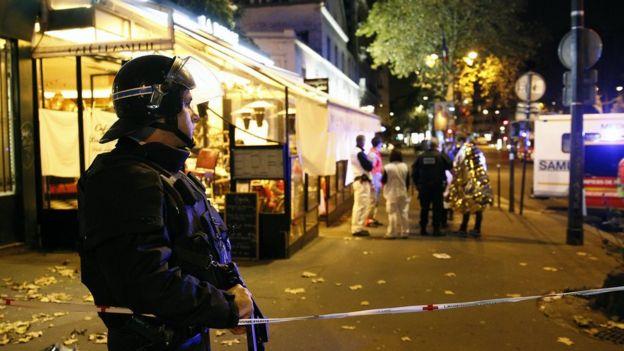 Un policía junto a la sala de concierto de Bataclan, en París.