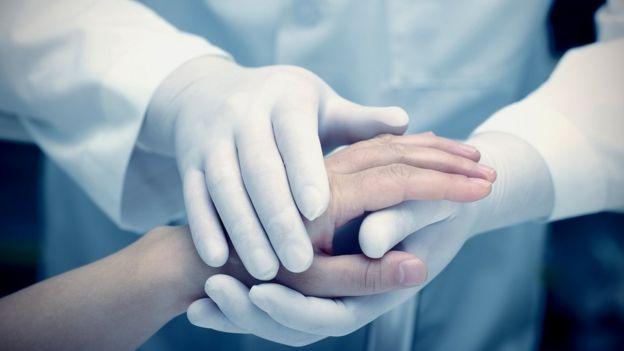 Manos de doctor con las del paciente