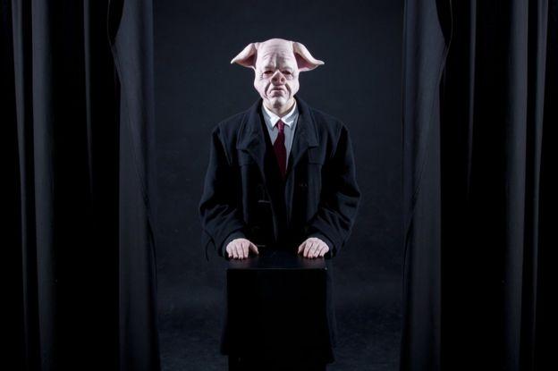 Hombre con careta de cerdo