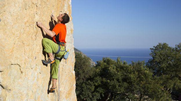 Hombre escalando en una pared