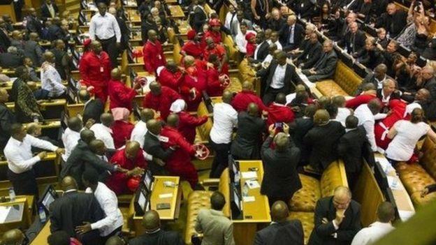 Wanachama wa chama cha EFFwwakikabiliana na walinda usalama wakati wa hotuba ya Rais mwaka 2015