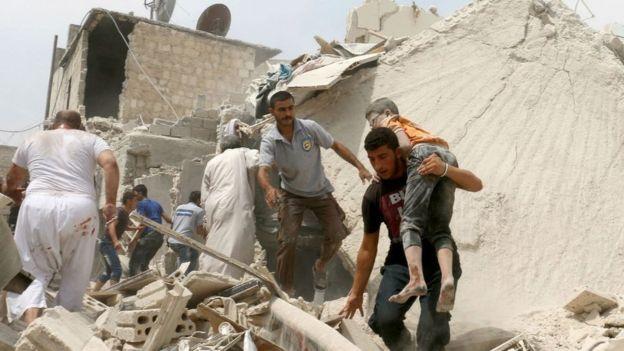 Un niño herido es sacado de entre los escombros en Alepo.