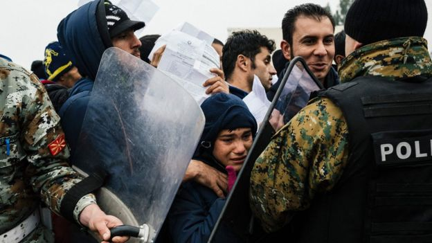 Macar polisi ve göçmenler arasında arbede yaşanırken