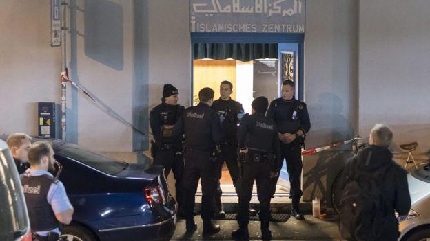 Полиция у входа в исламский центр