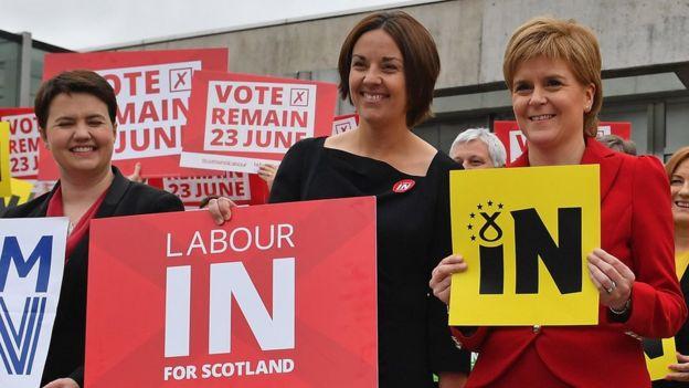 Nicola Sturgeon y otras dirgentes en Escocia durante la campaña a favor de permaner en la UE