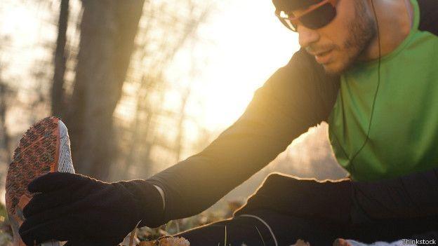 Un hombre haciendo ejercicio en la mañana