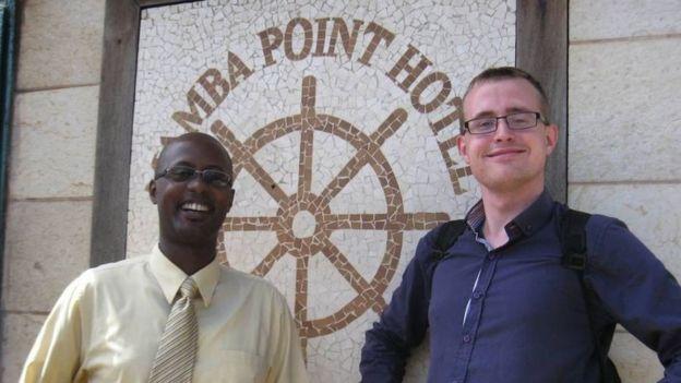 Henrik Jeppesen frente a un hotel en Monrovia, Liberia