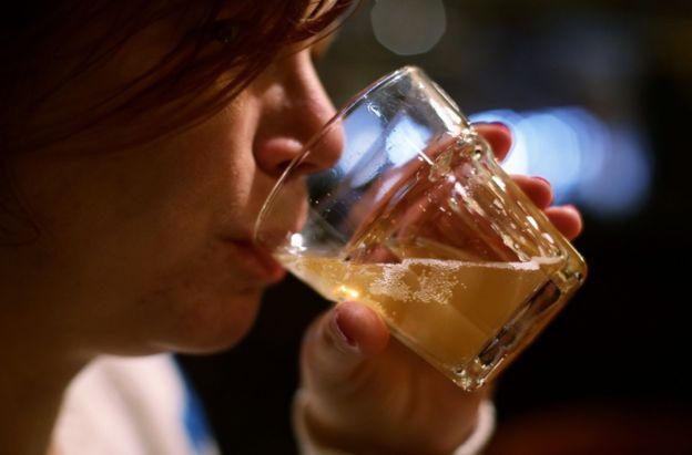 Cada vez hay más mujeres que beben al mismo nivel que los hombres.