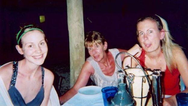 Foto de família de Lisa, Katie e a mãe nas férias de 2009