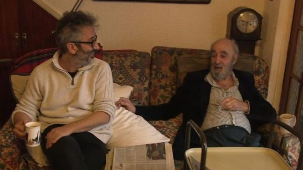 El cómico británico David Baddiel junto a su padre, Colin, durante una escena del documental The trouble with dad