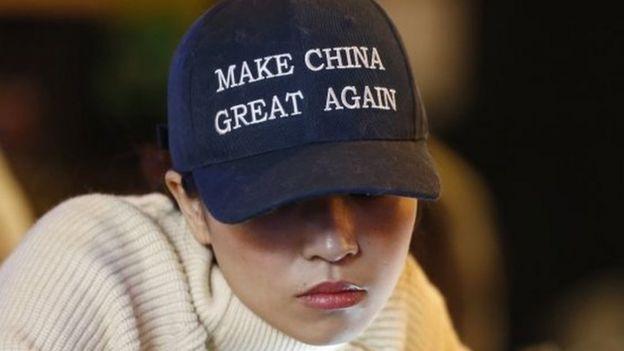 Una mujer con una gorra que dice