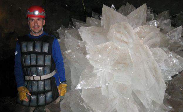 Investigadores dentro de la cueva