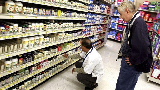 Estantes con medicamentos a la venta en una farmacia de EE.UU.