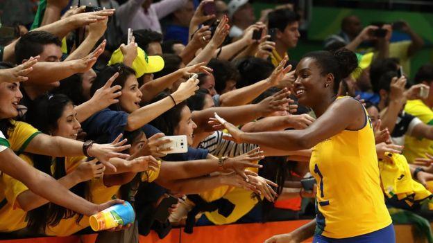 Voleibolista brasileña saluda a la afición.